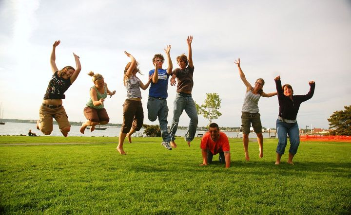 1280px-family_jump
