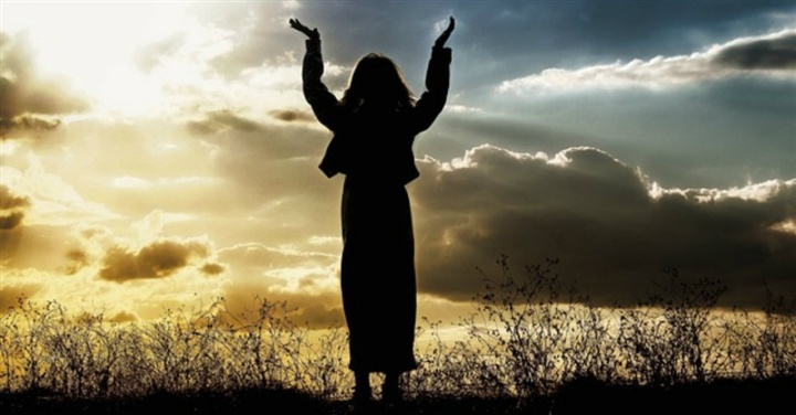 25638-woman-praising-facebook-800w-tn
